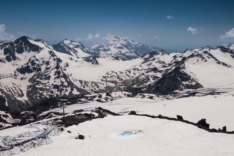 Άποψη από το υποστήριγμα Elbrus στην κύρια καυκάσια κορυφογραμμή, στοκ φωτογραφίες με δικαίωμα ελεύθερης χρήσης