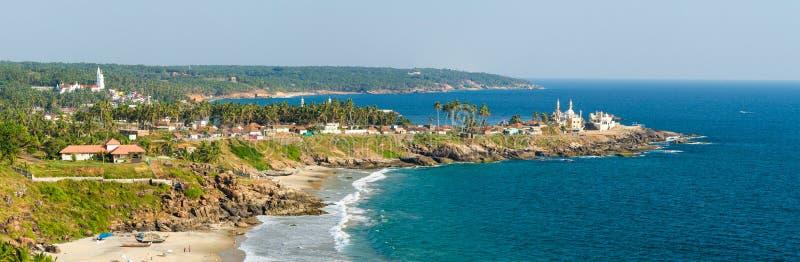 Άποψη από το φάρο στο ηλιόλουστο λιμάνι παραλιών και αλιείας στοκ φωτογραφία