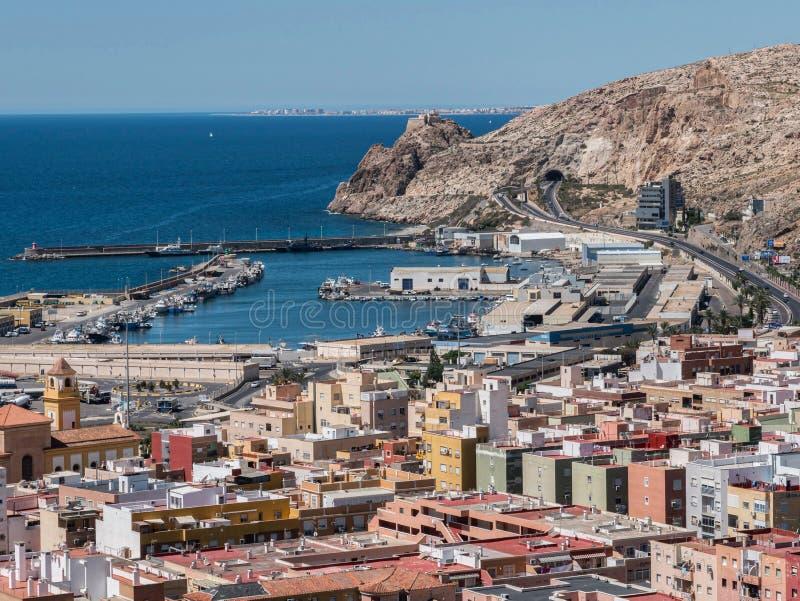Άποψη από το φρούριο των μαυριτανικών σπιτιών και των κτηρίων κατά μήκος του λιμένα της Αλμερία, Ανδαλουσία, Ισπανία στοκ φωτογραφία