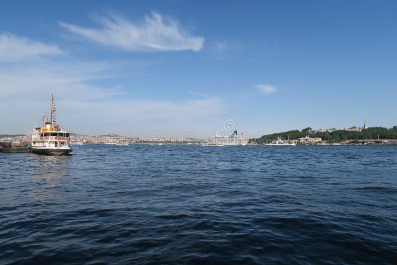 Άποψη από το χρυσό κέρατο σε Istanbuls Oldtown Sultanahmet με Hagia Sophia και το παλάτι Topkapi, Τουρκία στοκ φωτογραφία