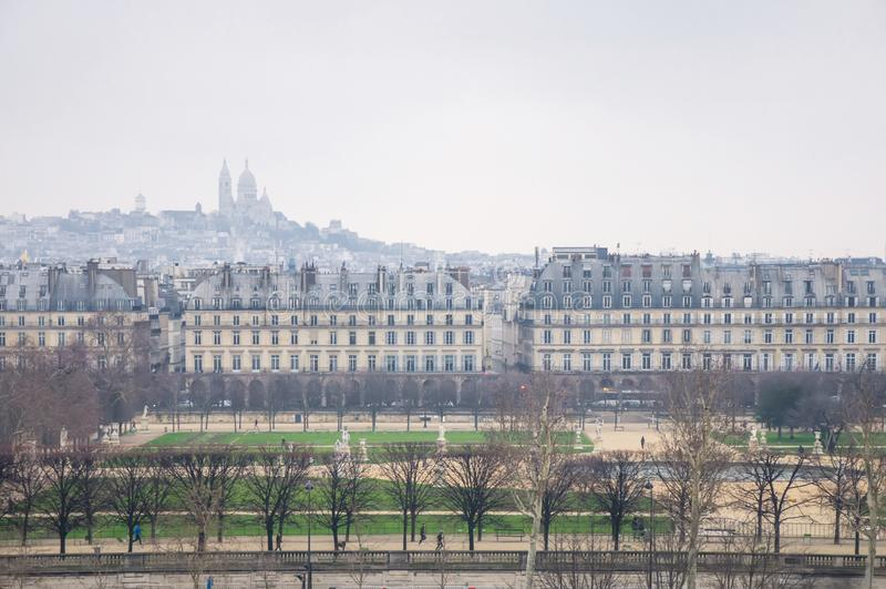 Άποψη από το ύψος του κήπου Tuileries και του ναού σε έναν λόφο στην ομίχλη στοκ εικόνες