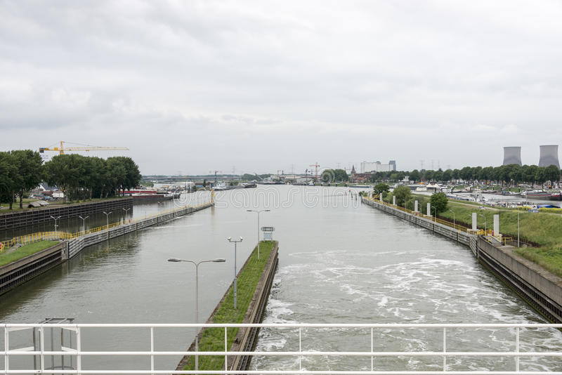 Άποψη από το maas φράχτη ποταμών στον ορίζοντα πόλεων maasbracht στοκ εικόνες