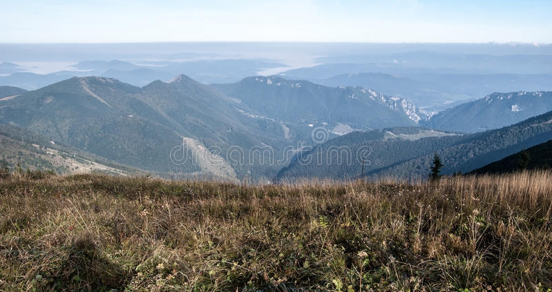 Άποψη από το sedlo Snilovske στα βουνά Mala Fatra φθινοπώρου στη Σλοβακία στοκ εικόνες με δικαίωμα ελεύθερης χρήσης