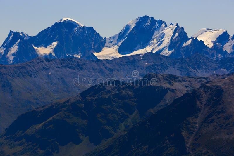 Άποψη από Elbrus στις περιβάλλουσες αιχμές βουνών με το χιόνι στοκ εικόνα με δικαίωμα ελεύθερης χρήσης