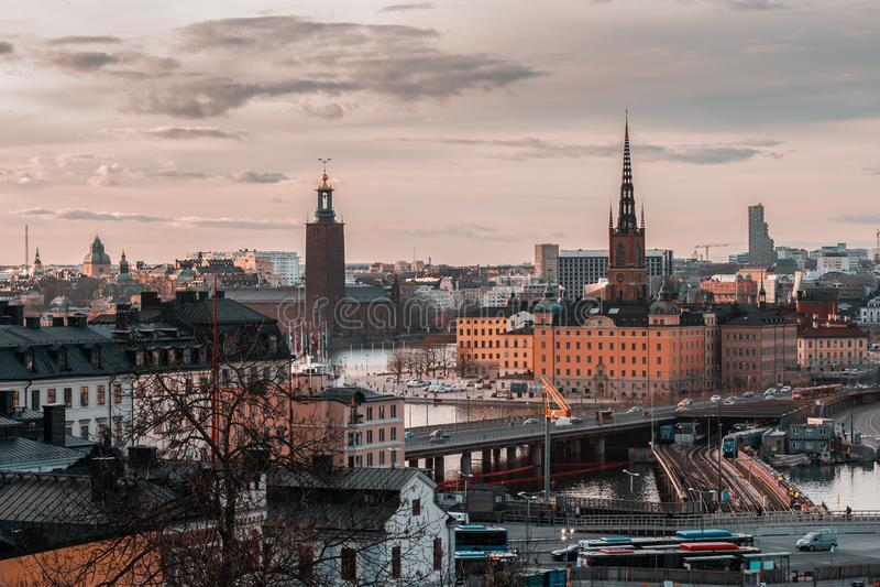 Άποψη από Slussen στο ηλιοβασίλεμα προς Riddarholmen και το Δημαρχείο, Στοκχόλμη Σουηδία στοκ εικόνες