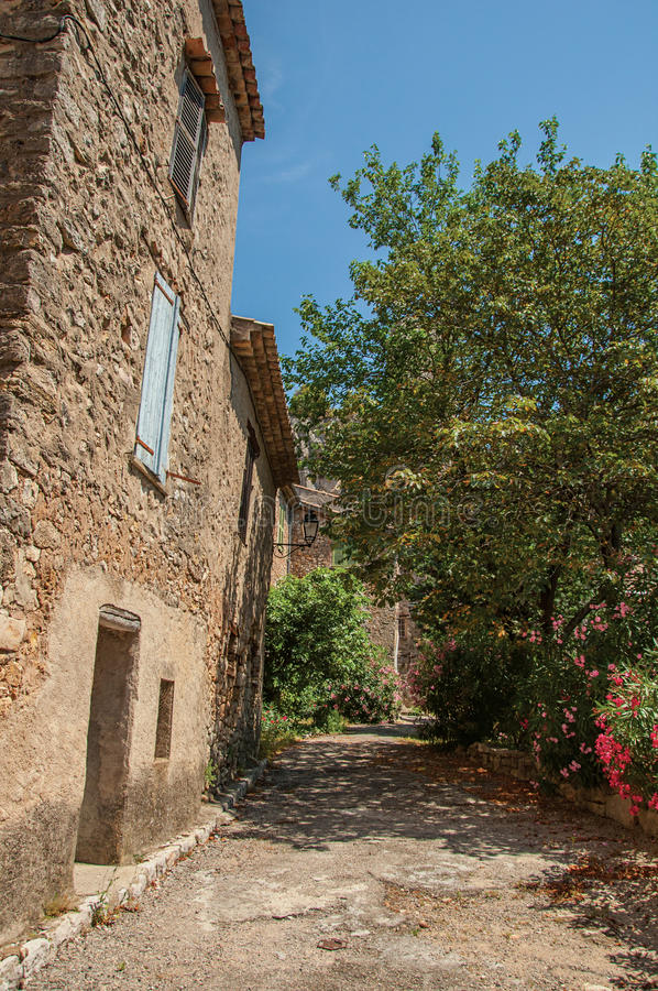 Άποψη αλεών με τα σπίτια και τα δέντρα σε Châteaudouble στοκ εικόνα