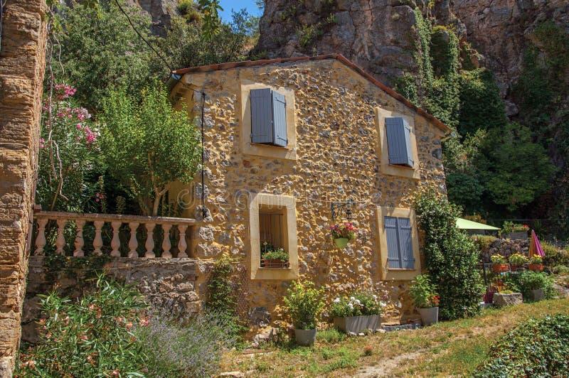 Άποψη αλεών με το σπίτι και τα λουλούδια σε Châteaudouble στοκ φωτογραφία