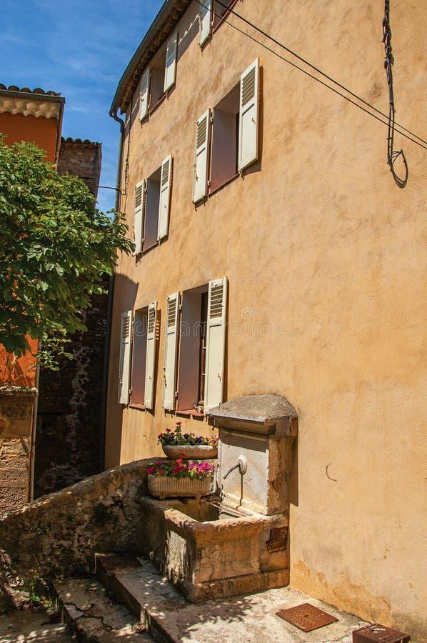 Άποψη αλεών με το σπίτι και την πηγή σε Châteaudouble στοκ φωτογραφία με δικαίωμα ελεύθερης χρήσης