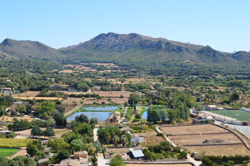 άποψη βουνών και χωριών στοκ φωτογραφίες