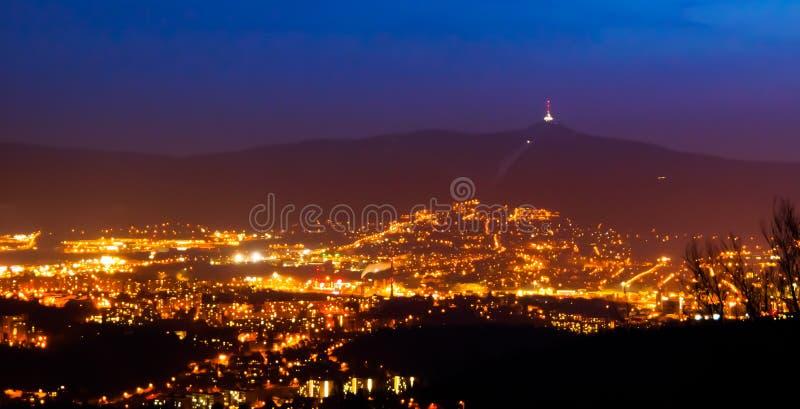 Άποψη βραδιού της φωτισμένων πόλης Liberec και του βουνού Jested city lights night scene στοκ εικόνες με δικαίωμα ελεύθερης χρήσης