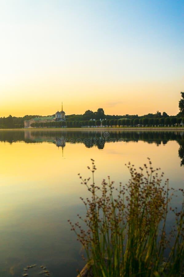 Άποψη βραδιού του μουσείου Kuskovo, προηγούμενο κτήμα κρατικής επιφύλαξης θερινών χωρών του δέκατου όγδοου αιώνα Μόσχα Ρωσία στοκ φωτογραφία