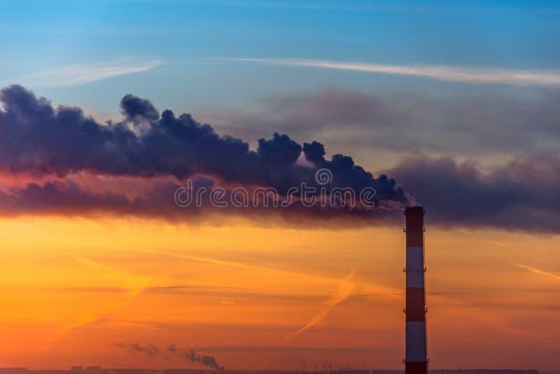 Άποψη βραδιού του σωλήνα εργοστασίων, εκπομπές του καπνού στην ατμόσφαιρα της πόλης στοκ εικόνα με δικαίωμα ελεύθερης χρήσης