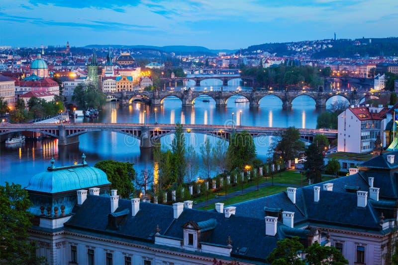 Άποψη βραδιού των γεφυρών της Πράγας πέρα από τον ποταμό Vltava στοκ φωτογραφίες