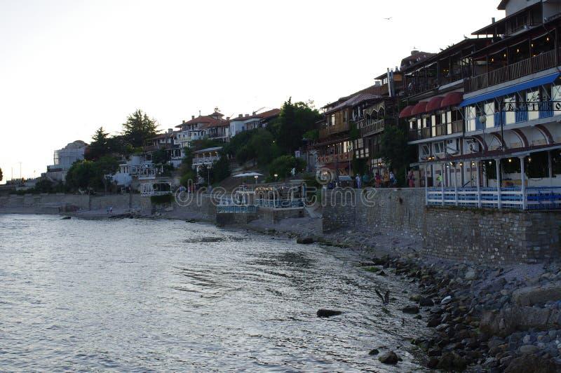 Άποψη βραδιού των εστιατορίων κατά μήκος της θάλασσας στοκ εικόνα με δικαίωμα ελεύθερης χρήσης