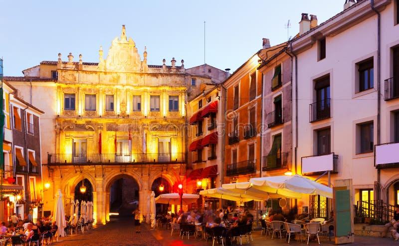 Άποψη βραδιού του δημάρχου Plaza Cuenca στοκ εικόνα