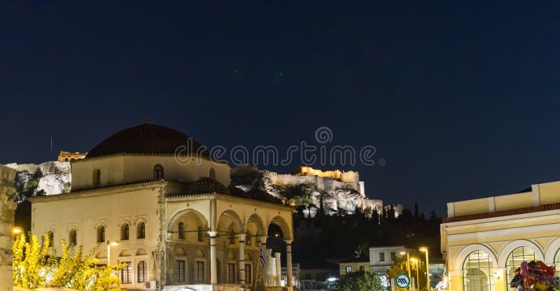 Άποψη βραδιού του μνημείου ακρόπολη από την πλατεία Monastiraki, στοκ εικόνα με δικαίωμα ελεύθερης χρήσης