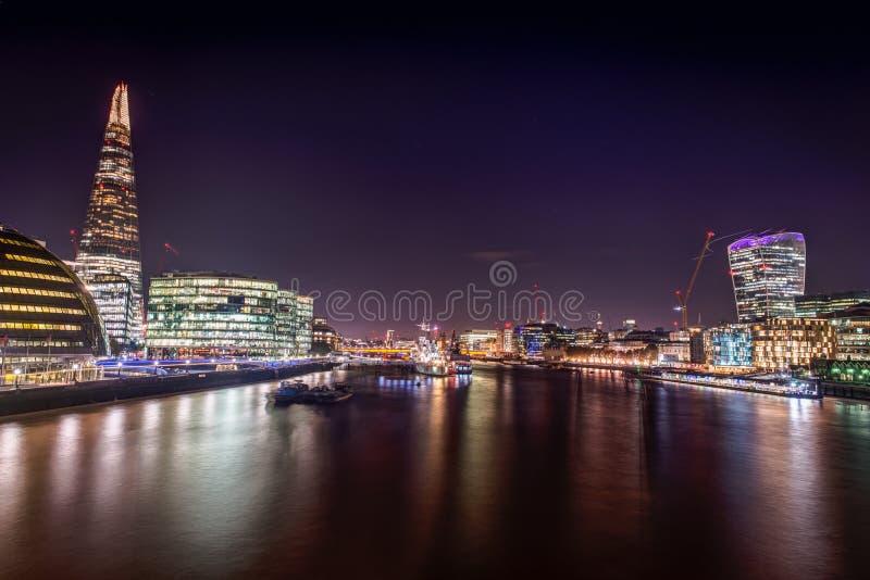 Άποψη γεφυρών του Λονδίνου τη νύχτα στοκ φωτογραφίες με δικαίωμα ελεύθερης χρήσης
