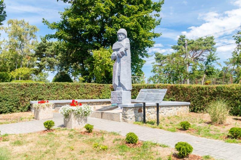 Άποψη για το μνημείο στο νεκροταφείο των σοβιετικών στρατιωτών πεσμένος σε Krynica Morska κατά τη διάρκεια του Δεύτερου Παγκόσμιο στοκ εικόνα με δικαίωμα ελεύθερης χρήσης