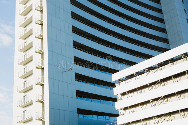 Άποψη γωνίας στο κατασκευασμένο υπόβαθρο του σύγχρονου γυαλιού στοκ φωτογραφίες