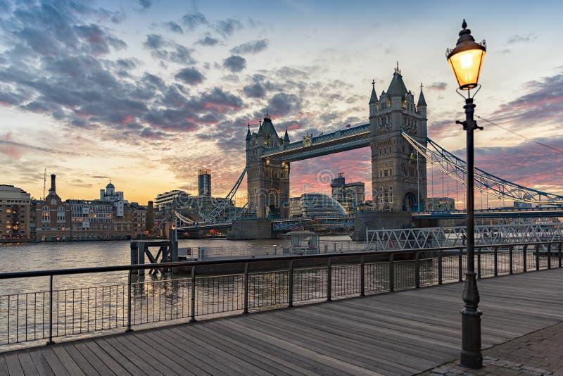 Άποψη διάσημη γέφυρα πύργων του Λονδίνου, Ηνωμένο Βασίλειο στοκ φωτογραφίες με δικαίωμα ελεύθερης χρήσης