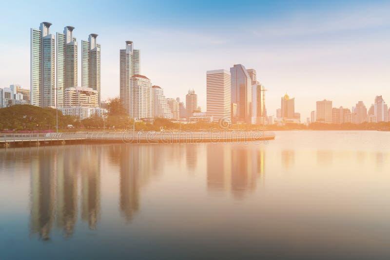 Άποψη διαμερισμάτων πόλεων πέρα από την αντανάκλαση λιμνών νερού στοκ εικόνες