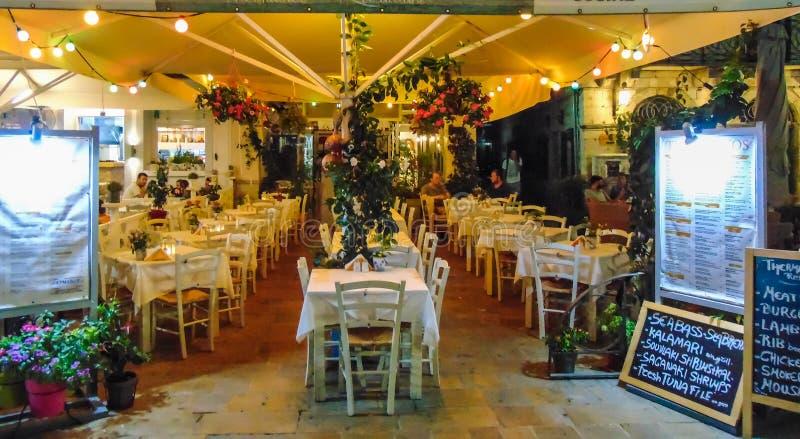 Άποψη ενός άνετου εστιατορίου τη νύχτα στοκ φωτογραφία