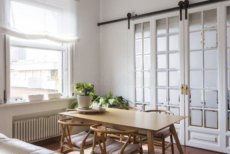 Άποψη ενός απλού φωτεινού dinning δωματίου στοκ εικόνα με δικαίωμα ελεύθερης χρήσης