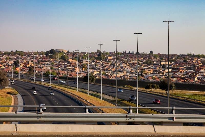 Άποψη ενός αυτοκινητόδρομου που τρέχει μέσω Soweto Νότια Αφρική στοκ φωτογραφία με δικαίωμα ελεύθερης χρήσης