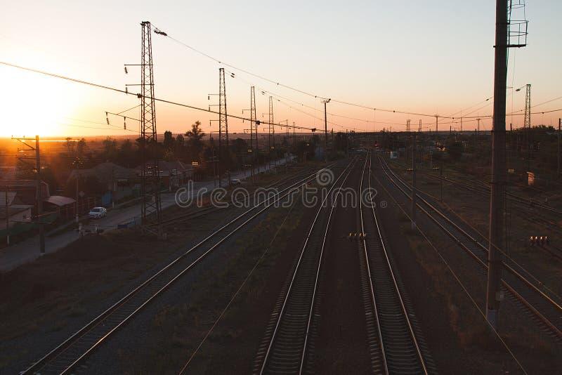 Άποψη ενός ηλιοβασιλέματος από το τελευταίο αυτοκίνητο του τραίνου αναχώρησης στοκ φωτογραφία