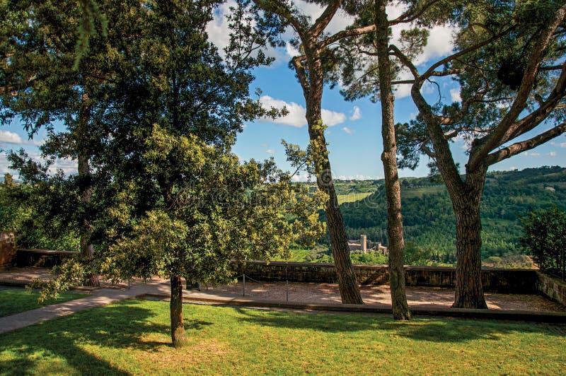 Άποψη ενός κήπου ευχαρίστησης με ένα φρούριο ξύλινοι λόφοι στο πρώτο πλάνο σε Orvieto στοκ εικόνες
