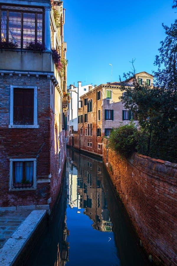 Άποψη ενός καναλιού με τις βάρκες και τις γόνδολες στη Βενετία, Ιταλία Η Βενετία είναι ένας δημοφιλής τόπος προορισμού τουριστών  στοκ εικόνες