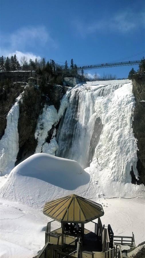 Άποψη ενός καταρράκτη κάτω από μια όμορφη χειμερινή ημέρα στο Κεμπέκ Καναδάς στοκ εικόνα με δικαίωμα ελεύθερης χρήσης