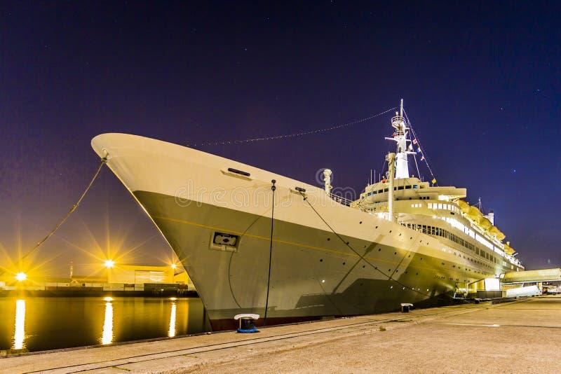 Άποψη ενός κρουαζιερόπλοιου που δένεται στο λιμάνι στο Ρότερνταμ στοκ εικόνες με δικαίωμα ελεύθερης χρήσης