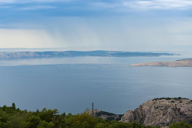 Άποψη ενός κόλπου και ενός νησιού στην Κροατία στοκ εικόνες με δικαίωμα ελεύθερης χρήσης