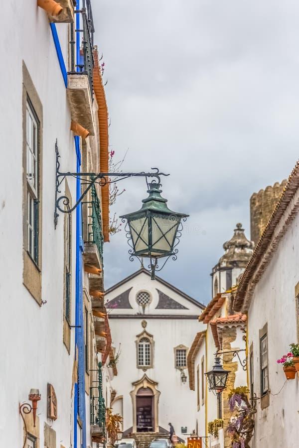 Άποψη ενός παραδοσιακού λαμπτήρα οδών, πορτογαλικά ιδιωματικά κτήρια σχετικά με το μεσαιωνικό χωριό μέσα στο φρούριο και το ρωμαϊ στοκ εικόνα