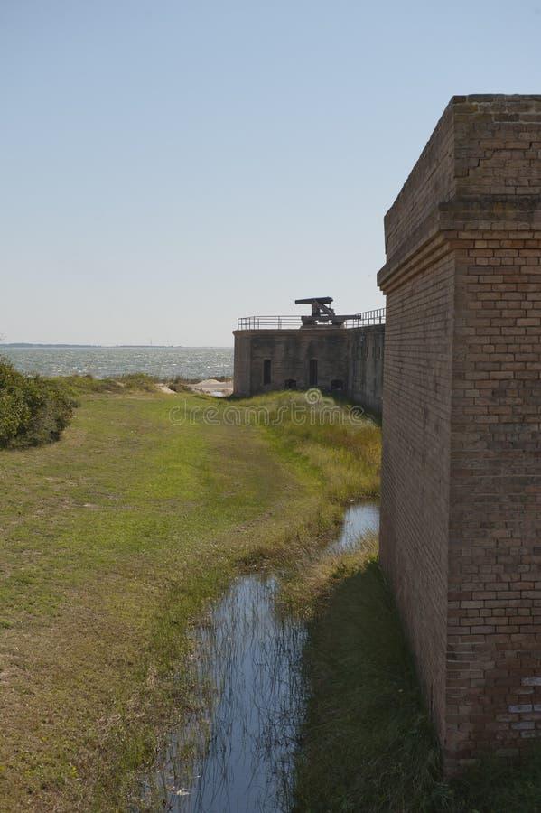 Άποψη ενός προμαχώνα στο οχυρό Gaines στο νησί δελφίνων, Αλαμπάμα στοκ εικόνες