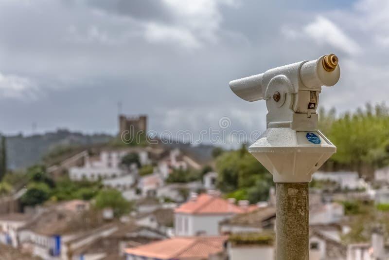 Άποψη ενός τουριστικού φρουρίου μονόκλ και ενός θολωμένου κάστρου «bidos à ως υπόβαθρο στοκ εικόνες με δικαίωμα ελεύθερης χρήσης