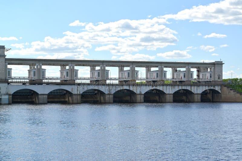 Άποψη ενός φράγματος αποβλήτων νερού του σταθμού υδροηλεκτρικής ενέργειας Uglich Περιοχή Yaroslavl στοκ φωτογραφίες με δικαίωμα ελεύθερης χρήσης