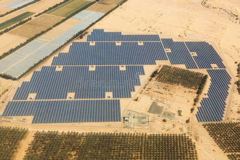 Άποψη ερήμων του Ισραήλ επιτροπής αγροτικής ενέργειας ηλιακών πλαισίων εναέρια άνωθεν στοκ φωτογραφίες