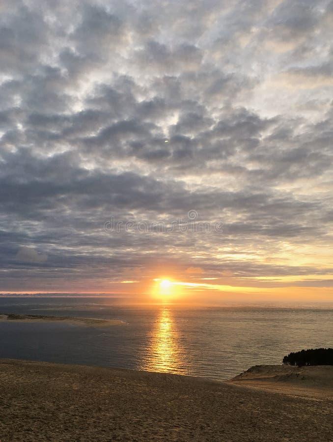 άποψη ηλιοβασιλέματος από τον αμμόλοφο Pyla, υψηλότερο στην αμμώδη παραλία της Ευρώπης Γαλλία και του Ατλαντικού Ωκεανού στοκ φωτογραφία