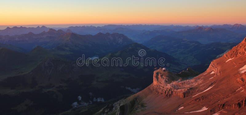 Άποψη ηλιοβασιλέματος από τον παγετώνα 3000, Ελβετία στοκ εικόνα