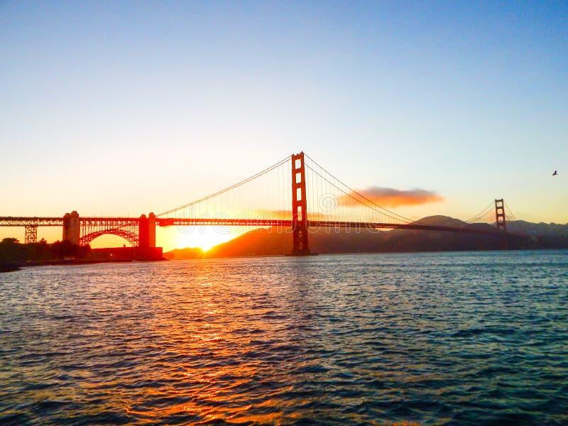 Άποψη ηλιοβασιλέματος κάτω από τη χρυσή γέφυρα πυλών στοκ εικόνες