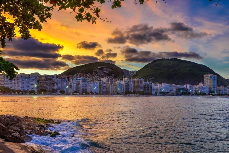 Άποψη ηλιοβασιλέματος της παραλίας Copacabana στο Ρίο ντε Τζανέιρο, Βραζιλία στοκ φωτογραφία με δικαίωμα ελεύθερης χρήσης