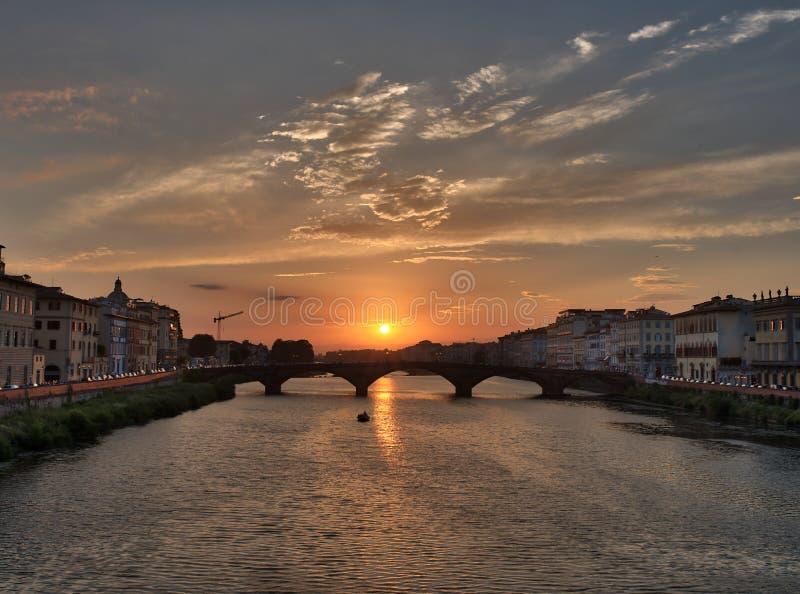 Άποψη ηλιοβασιλέματος της Φλωρεντίας από τη γέφυρα στοκ φωτογραφία με δικαίωμα ελεύθερης χρήσης