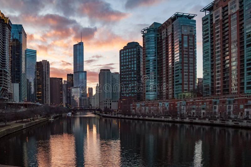 Άποψη ηλιοβασιλέματος του ποταμού του Σικάγου με τις αντανακλάσεις εικονικής παράστασης πόλης στοκ εικόνα