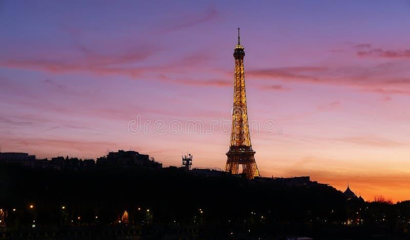 Άποψη ηλιοβασιλέματος του πύργου του Άιφελ και του ποταμού του Σηκουάνα στο Παρίσι στοκ φωτογραφία με δικαίωμα ελεύθερης χρήσης