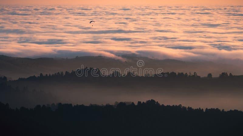 Άποψη ηλιοβασιλέματος των βαλμένων σε στρώσεις λόφων και των κοιλάδων που καλύπτονται θαλασσίως των σύννεφων στα βουνά Santa Cruz στοκ εικόνες με δικαίωμα ελεύθερης χρήσης