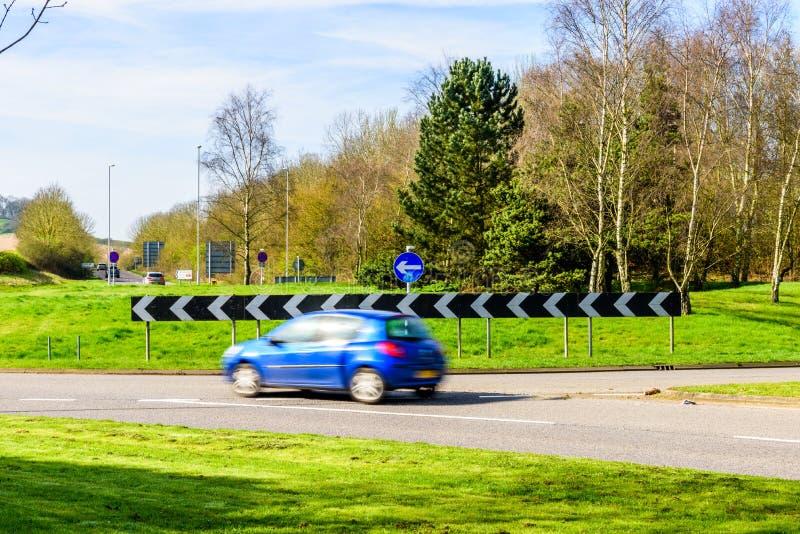 Άποψη ημέρας της πολυάσχολης κυκλοφορίας στη διασταύρωση κυκλικής κυκλοφορίας βρετανικών αυτοκινητόδρομων στοκ φωτογραφία