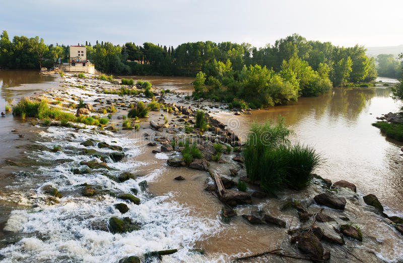 Άποψη ημέρας του φράγματος πέρα από Έβρο σε Logrono rioja Ισπανία Λα στοκ φωτογραφία