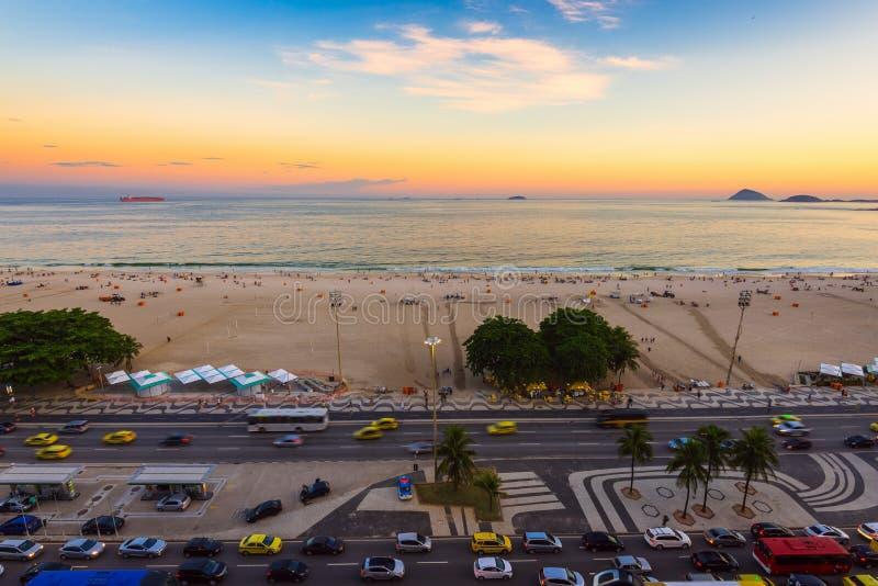 Άποψη ηλιοβασιλέματος της παραλίας και Avenida Atlantica Copacabana στο Ρίο ντε Τζανέιρο στοκ φωτογραφία